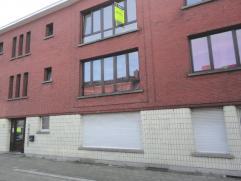 Op een zeer gunstige locatie treffen we dit hoekappartement op een tweede verdieping, van een klein gebouw zonder lift. Het appartement is gelegen nab