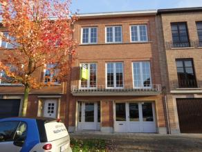 In een zeer rustige wijk te Edegem, treft u deze charmante én recent gerenoveerde woning. Openbaar vervoer, school en warenhuizen zijn in de om