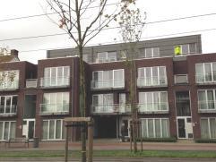 Dit dakappartement is gelegen op de derde verdieping. Het gebouw is voorzien van een lift. De ligging is uiterst gunstig, vlakbij winkels en openbaar