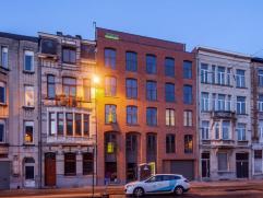Dit luxe-nieuwbouwproject in hedendaagse stijl situeert zich vlakbij het centrum van Deurne. Dit appartement beschikt over een hal en een ruime living
