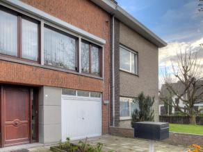 We treffen deze woning in een zeer aangename wijk te Edegem. Deze wijk is gekend voor de rust die ze uitstraalt en de gekende speeltuintjes op wandela