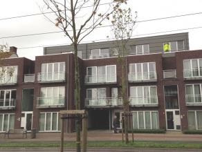 Dit gezellige dakappartement is gelegen op de derde verdieping. Het recente gebouw is voorzien van een lift. De ligging is uiterst gunstig, vlakbij wi