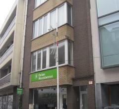 In het centrum van Edegem (topligging) treft men dit opbrengsteigendom bestaande uit een handelsgelijkvloers en 2 ruime duplex-appartementen met 3 sla