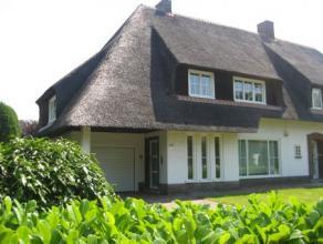 In het residentïële Edegem aan de Prins Boudewijnlaan tussen de statige woningen treft men deze zeer ruime instapklare half open bebouwing m