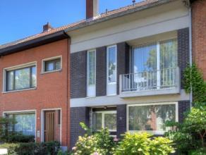 We treffen deze woning in een zeer aangename wijk te Edegem. Deze wijk is gekend voor de rust die ze uitstraalt en de gekende speeltuintjes, Fort op w