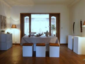 We treffen deze ruime woning te Berchem. De woning is voorzien van een grote tuin met verwarmd zwembad en een prachtige vijver. Door de grootte van de