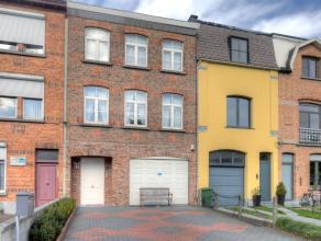 Deze prachtige volledig gerenoveerde woning is gelegen te Wilrijk, vlakbij het centrum, het park Den Brandt en het Nachtegalenpark. Scholen, winkels e