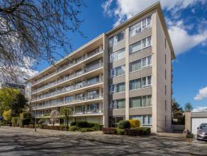 Het appartement is gelegen op de 5de verdieping van een keurig en centraal doch rustig appartementsgebouw. Openbaar vervoer, invalswegen, scholen, win