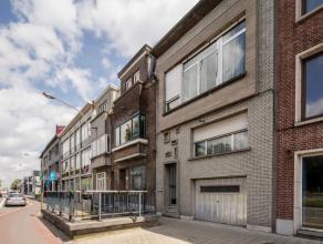 Zeer centraal gelegen woning, vlakbij de A12 met de grens Antwerpen/Wilrijk.Indeling: inkomhal op tegels, gastentoilet, woonkamer op vasttapijt met to