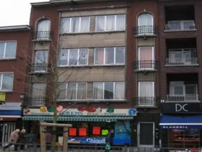 We treffen dit mooi gerenoveerd appartement in hartje Mortsel, op wandelafstand van winkels, openbaar vervoer, scholen en grote invalswegen. Het appar