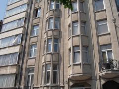 Verzorgd en pas gerenoveerd, goedgelegen appartement op de vijfde verdieping in de Van den Nestlei, vlakbij alle belangrijke invalswegen, openbaar ver