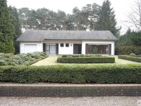 Goed onderhouden landhuis, met achteraan mooie tuin en prachtig perceel bos bestaat uit inkomhal, woonkamer, keuken, aparte toilet, twee slaapkamers,