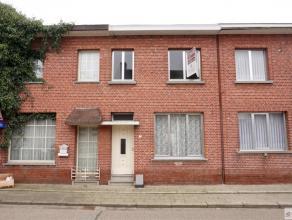 Verzorgde en centraal gelegen woonhuis bestaat uit inkomhal, woonkamer met eetplaats, keuken, badkamer, berging/veranda, drie slaapkamers, kelder en t