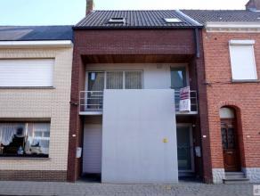 Ruim en centraal gelegen duplex-appartement bestaat uit inkomhal met vestiaire,woonkamer, keuken, aparte toilet, twee slaapkamers met airco, badkamer