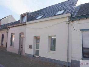 Mooie gerenoveerde woning bestaat uit inkomhal, woonkamer met open keuken, berging/wasplaats, badkamer, twee slaapkamers, achteraan ruim terras. EPB-a
