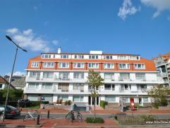 Aangenaam dakappartement vlakbij het Albertstrand met zicht op de villa-residenties. Samenstelling: inkomhal, zuidgerichte living met open zicht over