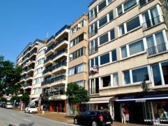 Ruim en volledig gerenoveerd appartement op een topligging in de Kustlaan, dichtbij het Albertplein. Samenstelling: Inkomhall met gastentoilet en vest