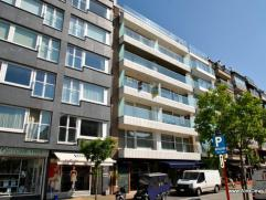 Ruim en zonnig appartement op de Kustlaan, met open zicht. Samenstelling: inkomhall met vestiaire en apart toilet. Mooie woonkamer met zuidgericht ter
