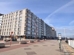Zeer ruim en gemeubeld appartement op de zeedijk in het Zoute, vlakbij het Albertplein. Samenstelling: inkomhall met vestiaire en apart toilet. Grote