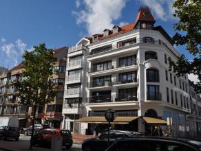 Luxueus appartement met twee slaapkamers in een recent (bj. 2009) gebouw, uitstekend gelegen in het commerciële centrum van Knokke (Lippenslaan).