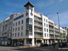 Appartement met 2 slaapkamers, terras en vlakbij het commerciële centrum van Knokke. Samenstelling: inkomhal met toilet en vestiaire, woonkamer m