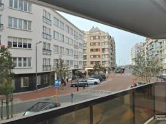 Mooi gerenoveerd en ruim (90 m² - 6 m gevel) appartement op de zonnekant van de Koningslaan met zicht op het Rubensplein en de zee. Terrass