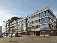 Ruim 1 slaapkamerappartement gelegen in hartje centrum van Knokke op de 2de verdieping. Samenstelling: inkomhal met vestiaire, volwaardige slaapkamer