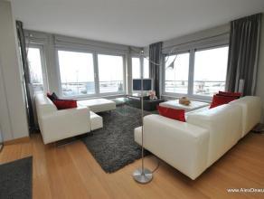 Uitstekend gelegen hoekappartement met prachtig zicht over het Rubensplein en de zee! Dit modern gemeubeld appartement is opgedeeld als volgt: inkomha