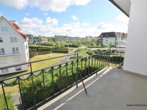 Ruim 2-slaapkamerappartement met prachtige ligging in een karaktervolle residentie in het Bronpark te Zoute. Samenstelling: inkomhal met vestiaire, 2