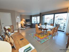 Prachtig gemeubeld 2-slaapkamerappartement (150m²) in hartje centrum van Knokke. Indeling: inkom, vestiaire, ruime open keuken voorzien van alle