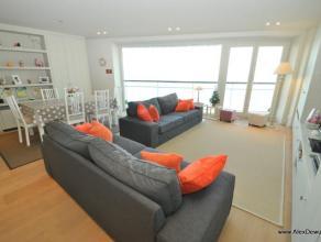 Prachtig appartement met drie slaapkamers op de zeedijk, dichtbij het Rubensplein. Samenstelling: inkomhal, living met uniek zeezicht, open volledig g