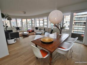 Modern gemeubeld hoekappartement met 2 slaapkamers in het centrum van Knokke. Het appartement werd recent gerenoveerd en bevindt zich op de hoek van d