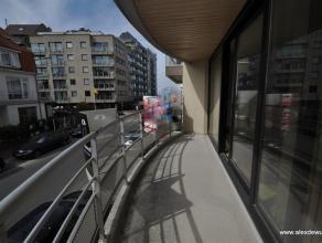 Mooi 2-slaapkamerappartement op 150m van de zeedijk met open zicht over de villa-residenties. Indeling: inkomhal, vestiaire, toilet, keuken, zonnige w