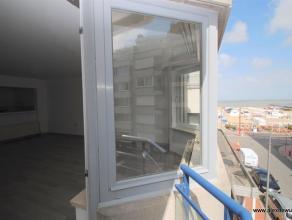 Opgefrist appartement met goed zijdelings zeezicht en dubbele garagebox vlakbij het Albertstrand. Indeling: halfopen keuken, ruime living met mooi zij