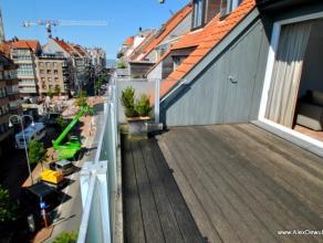Recent en gemeubeld duplexappartement, uitstekend gelegen in de P. Parmentierlaan, vlakbij het strand, het Rubensplein en de Lippenslaan. Samens