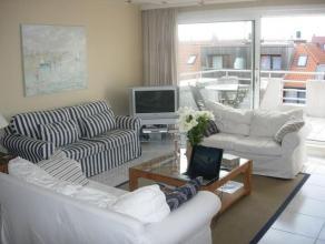 Duplex appartement met drie slaapkamers, grote terrassen en vlakbij het commerciële centrum van Knokke. Samenstelling: woonkamer met prachtig zui