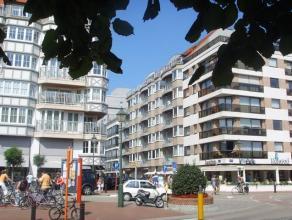 Aangenaam 2 slaapkamerappartement in het centrum van het Zoute, nabij de zeedijk en het driehoeksplein. Samenstelling:ruime living met balkon. V