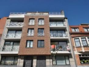 Gezellig appartement met centrale ligging in het hartje van Knokke. Samenstelling: Inkom, grote woonkamer met eetplaats, halfopen keuken, badkamer, 2
