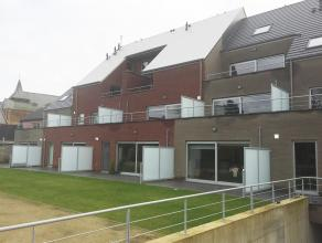 Prachtig duplex appartement met 2 tot 3 slaapkamers. Het is gelegen op de 2e verdieping en te bereiken via de lift. Het heeft een living met ruime zit