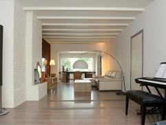 Het betreft hier om een mooi gerenoveerde woning nabij centrum Lier.  De woning is gelijkvloers voorzien van een inkomhal met apart toilet met een ha