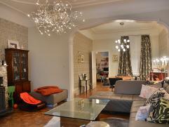 Gerenoveerd, instapklaar appartement met een neo-klassieke gevel en authentieke art-deco elementen gelegen op de eerste verdieping. Gesitueerd vlakbij