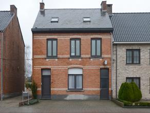 Ruime woning met  tuin en achteringang en garage met veel mogelijkheden in het centrum van Nijlen. In de inkomhal zijn de mooie klassieke elementen g