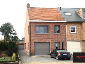 Deze toffe gerenoveerde woning is gelegen te Nijlen.  Vooraan hebben we een grote garage met automatische poort. Verder komen we via de inkomhal in 2