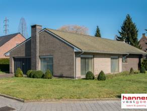 Deze gelijkvloerse villa met mooie tuinoppervlakte op een hoekperceel, is gelegen in een aangename residentiële wijk te Kontich, op een  boogsche