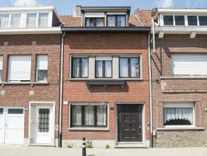 Toffe woning met 3 slaapkamers, gelegen in de directe omgeving van scholen en winkels te Lier.<br /> Op de benedenverdieping vinden we een woonkamer m