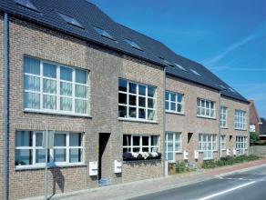 Gelijkvloers appartement gelegen in het centrum van Pellenberg met 2 slaapkamers, omvattende leefruimte met geïnstalleerde half-open keuken, 2 sl