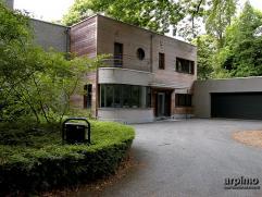Design-villa in bosrijke omgev bij Golf op 4718m². Gezellig kantoor/bibliotheek m parket en schuiframen nr centrale doorloop bij eetk en salon,sa