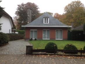 Vrijstaande klassieke Franse stijlvilla. Ruime inkomhall, apart toilet en vestiaire. Woonkamer in L-vorm met openhaard in franse steen. Keuken voorzie