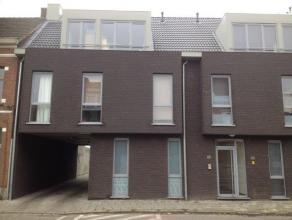 Gezellig gelijkvloers appartement, inkomhal met gastentoilet, living met open keuken en grote schuifdeuren naar terras/tuin, slaapkamer, badkamer met