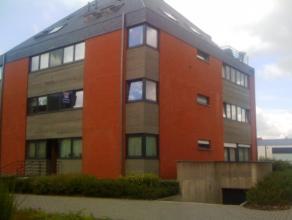 Zeer mooi hoek-appartement op eerste verdieping met gezellig terras. Lichte inkomhal met gastentoilet. Zeer ruime living in L-vorm op laminaat. Via gr